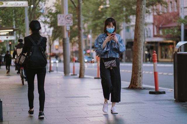 woman-wearning-mask-walking-down-the street